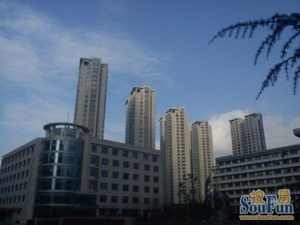 恩马文景园绿化率高达40%,景观设计风格为新中式,整个景观由水景中心图片