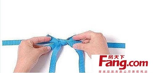 腰带蝴蝶结的打法小编至今都没学会,每次穿风衣的都会
