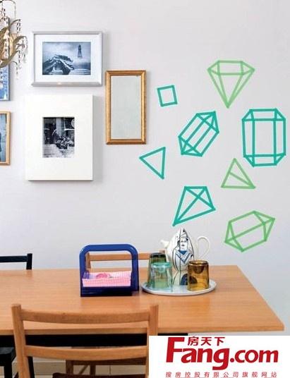 (一)用胶带粘一面有色彩的墙图片