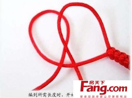 金刚结红绳手链编法步骤三,第二个金刚结接着上一个开始,交叉如图