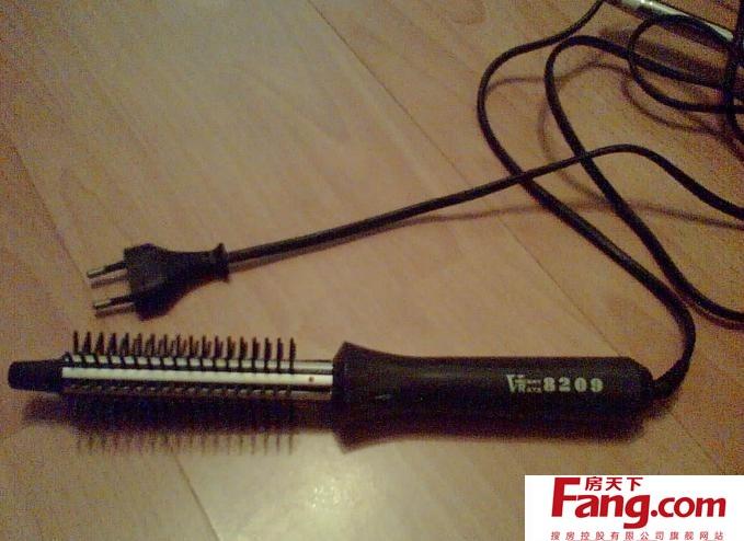 后半部头发卷好之后,前半部左右两边的头发,使用电卷棒的方式相同,但图片
