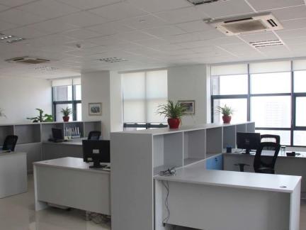 现代办公桌隔断装饰效果图