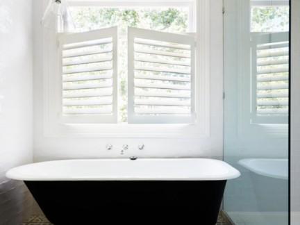 浴室白色百叶窗图片
