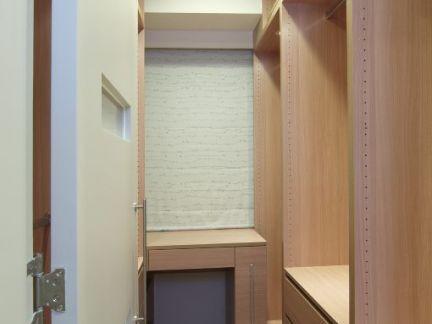 现代风格二居室衣帽间装饰设计图片