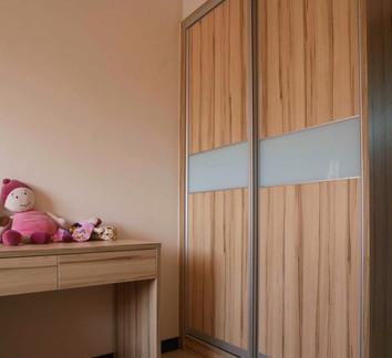现代家居移门衣柜装修示例