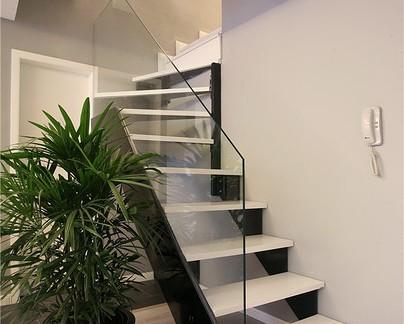 简约楼梯间玻璃隔断欣赏