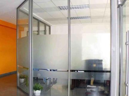 老板办公室磨砂玻璃隔断图片