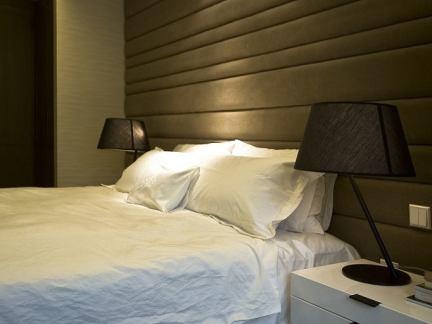 简约风格卧室软包床头背景墙设计