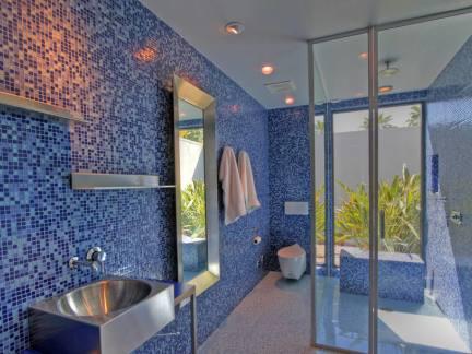 蓝色马赛克瓷砖浴室图片