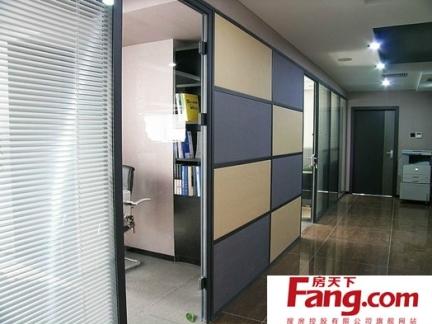 舒适办公室玻璃隔断装修效果图