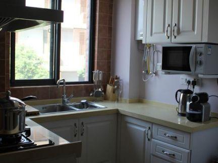 小厨房u型实木橱柜装修效果图