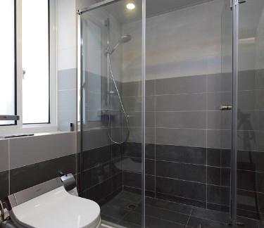 现代卫生间淋浴室隔断装修效果图
