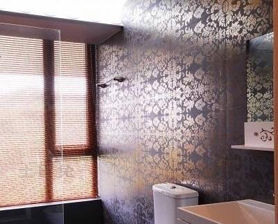 卫生间玻璃隔断装修效果图 紫色碎花壁纸装饰设计