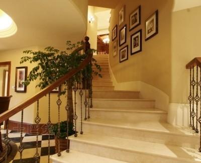 美式别墅过道楼梯装修效果图