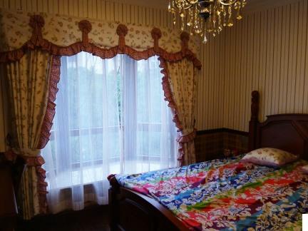 美式别墅卧室飘窗窗帘效果图