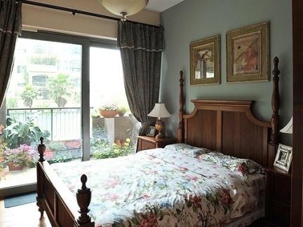 美式乡村风格卧室带阳台装修效果图