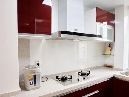 厨房L型红色橱柜瓷砖台面装修效果图