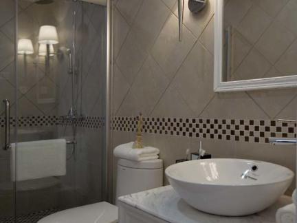 后现代风格三居室卫生间装修效果图大全