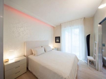 现代简约风格优雅白色卧室装修实景图