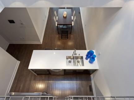 现代简约跃层厨房洗手台白色家具装修效果图