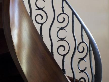旋转铁艺楼梯护栏装修设计