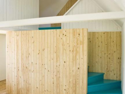 带阁楼楼梯原木色实木隔断装修设计