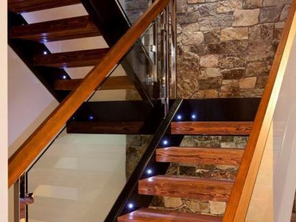 雅致别墅实木楼梯踏板装修设计