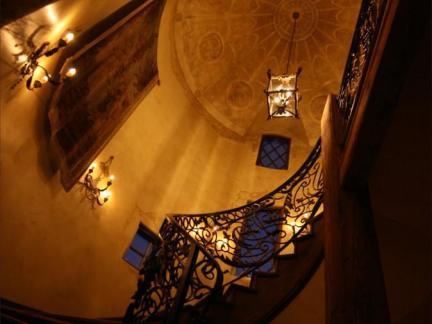 传统格调旋转楼梯图片欣赏