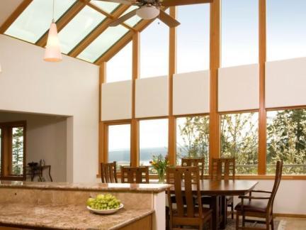 斜顶封闭式阳台餐厅装修效果图