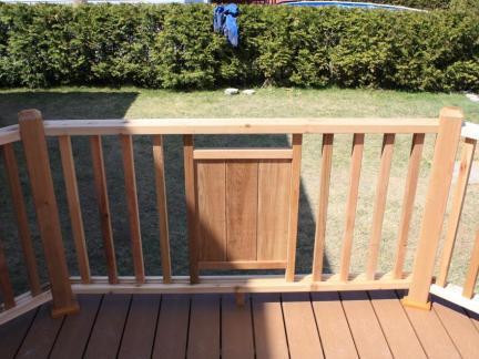 花园别墅一层室外小阳台原木色护栏效果图欣赏