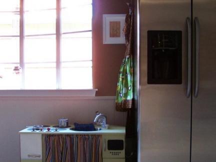 普通三居室飘窗客厅平开门冰箱效果图欣赏