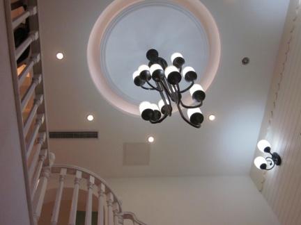 现代风格楼梯间屋顶灯具装修设计