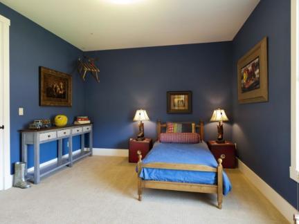 现代风格男孩儿童房蓝色背景墙装修设计