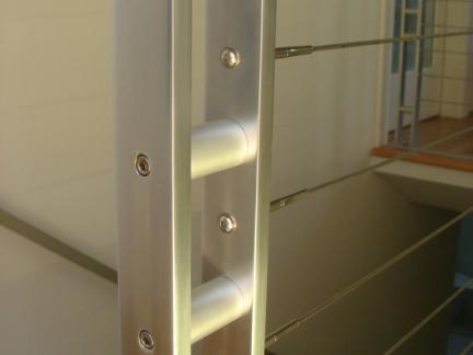 现代简约风格二层复式楼梯玻璃隔断效果图