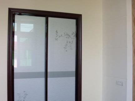三居室客厅玻璃推拉门简装效果图
