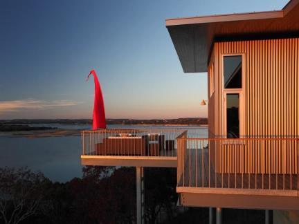 美式风格原木色外墙豪华海景别墅装修设计