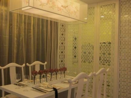 情调现代新中式客厅吊顶黄色窗帘设计