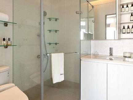 中等户型淋浴间浴室柜装修设计