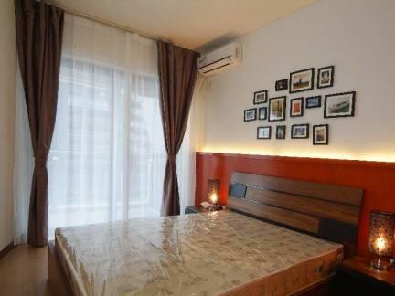 极简现代卧室窗帘背景墙照片墙设计图