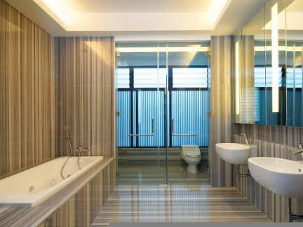 现代风格卫生间棕色背景墙图片欣赏