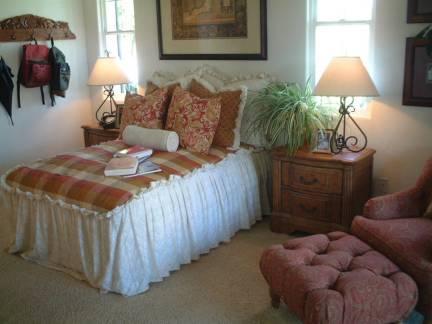 中世纪风格单人卧室实木床头柜图片欣赏