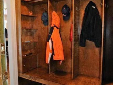 北欧风格别墅衣帽间实木衣橱装修设计