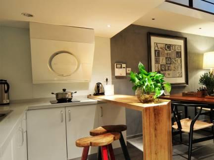 现代工业混搭开放式厨房吧台装修图
