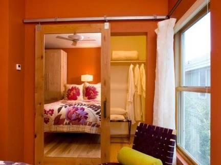 现代风格暖色调客厅隐形门设计图片