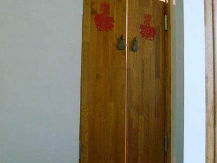 中式普通家庭淋浴间木门装修设计