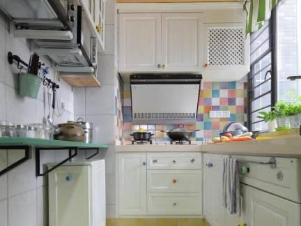 小户型厨房老式平开门橱柜效果图欣赏