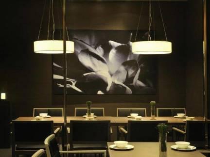 现代简约风格别墅餐厅背景墙装修效果图