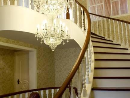 欧式风格别墅旋转实木楼梯装修设计
