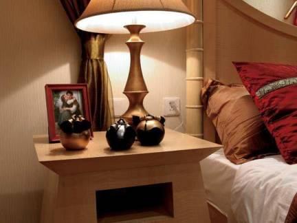 主卧室实木床头柜复古台灯装饰效果图