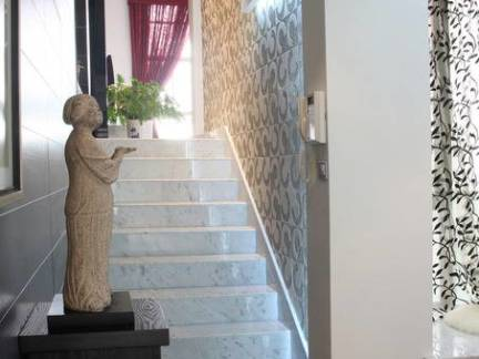 复式楼楼梯过道白色装修设计效果图